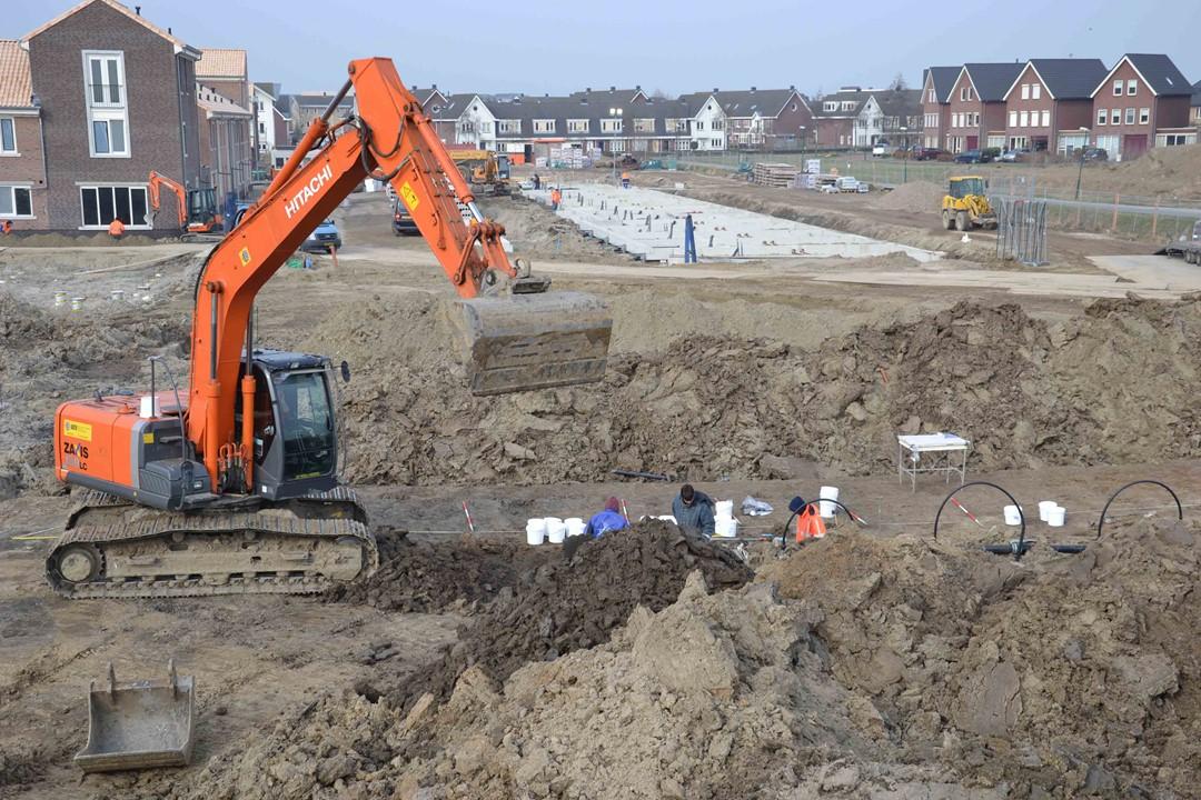 Archeologisch veldwerk met kraan opgraving Houten-Castellum